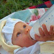 Bebelus care mananca la 3 luni