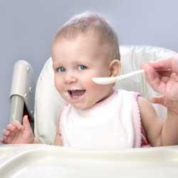 Bebelus care mananca la 8 luni