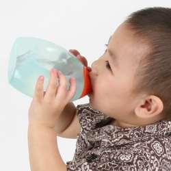 Bebelus care bea apa