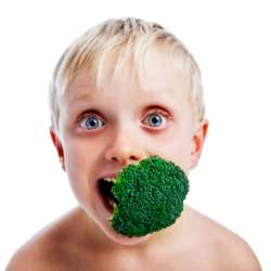 Copil mananca broccoli