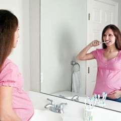 Gravida se spala pe dinti